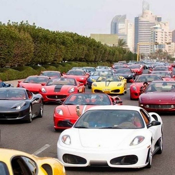 Найди Ferrari.