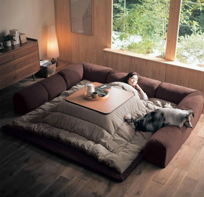 Уникальное изобретение японцев - гибрид стола и огромного одеяла с подогревом.