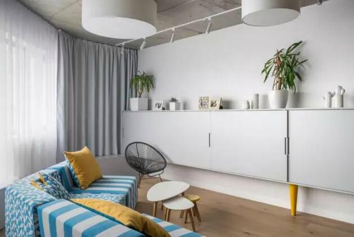 Нестандартная гостиная с ярким дизайном.