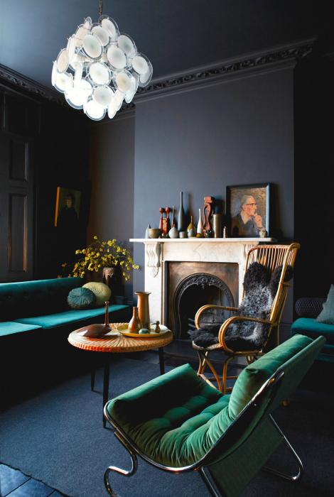 Гостиная с черными стенами и яркой мебелью.