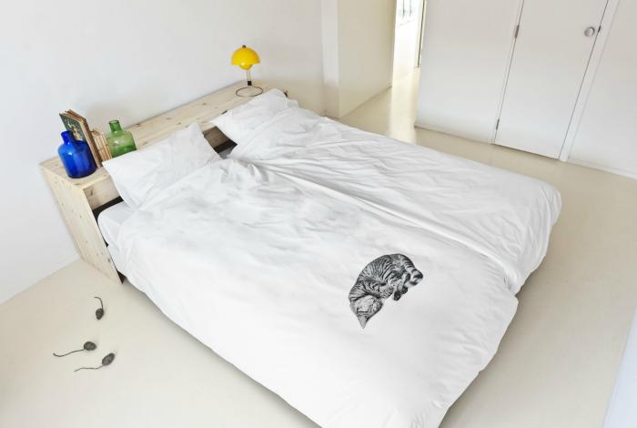 Комплект постельного белья для человека, который мечтает о котенке.