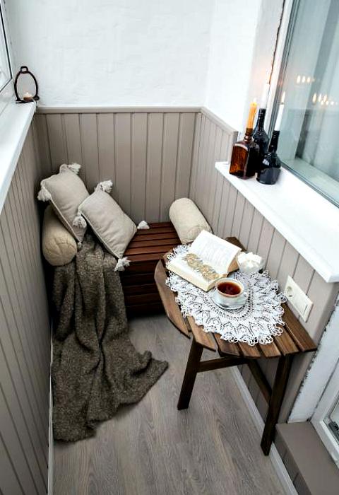 Небольшой балкон с деревянной мебелью.