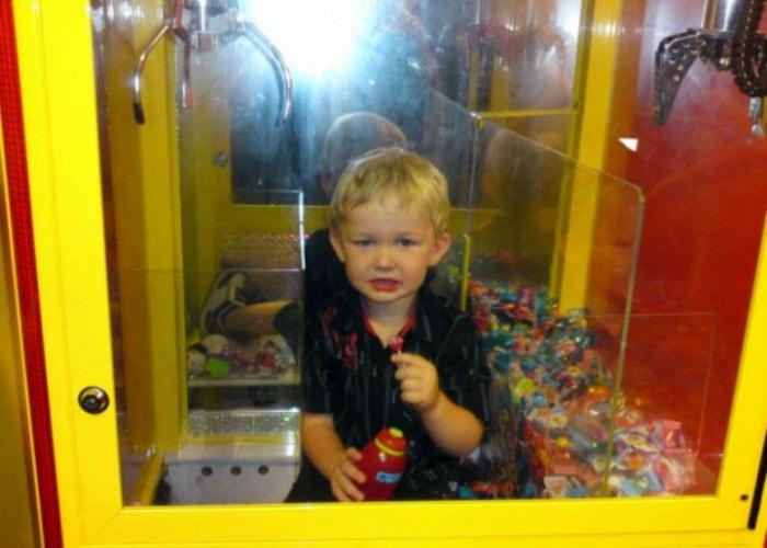 Ребенок в автомате с игрушками.