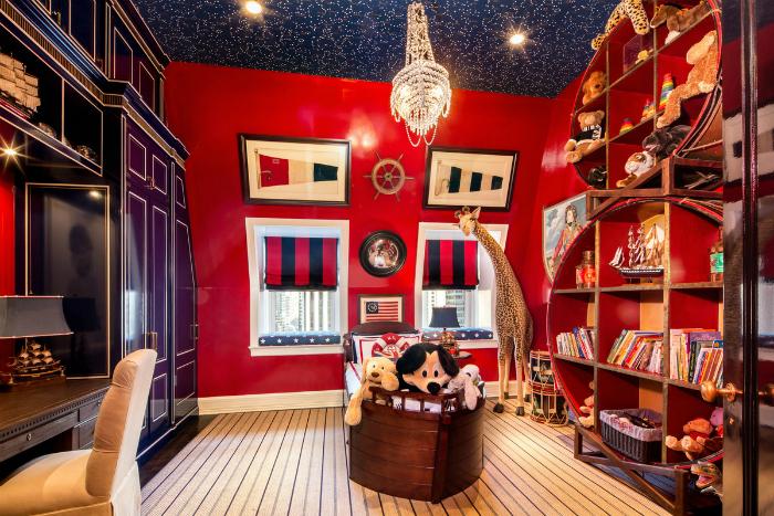 Необычайно стильная комната с флагами, кораблями и большой статуей жирафа.