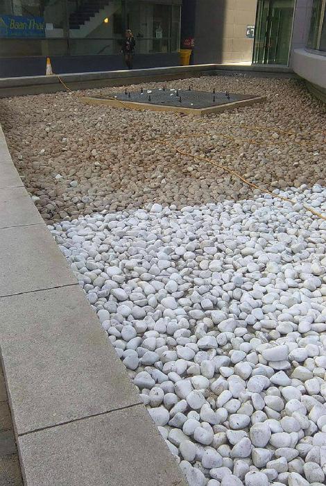 Часть камешков из фонтана уже сияют чистотой. | Фото: Жизнь под Лампой!