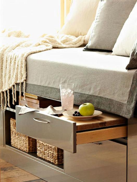 Кровать с выдвижным столиком.