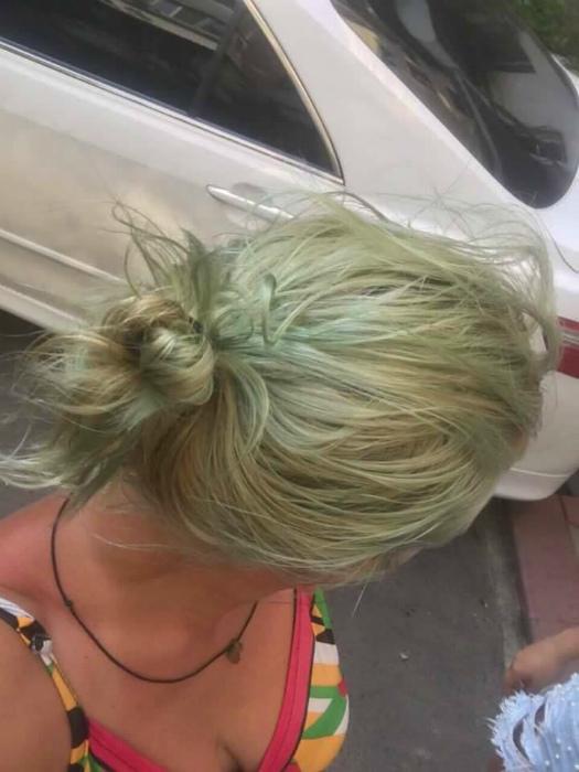 Обесцвеченные волосы и хлорированная вода.