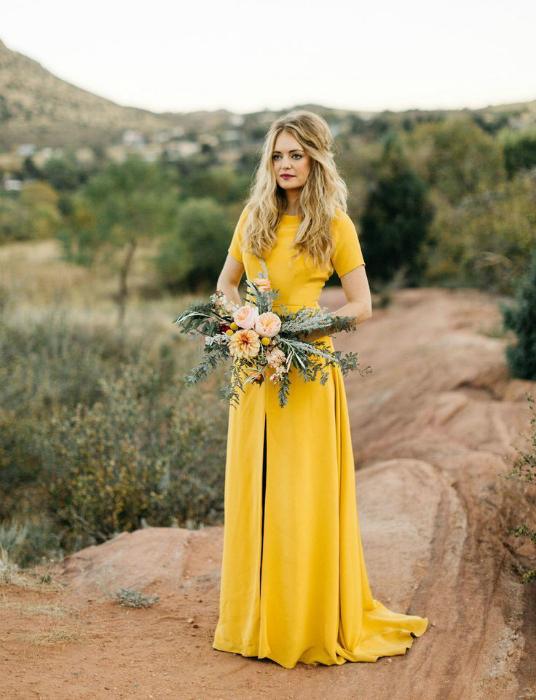 Лаконичное желтое платье для невесты.