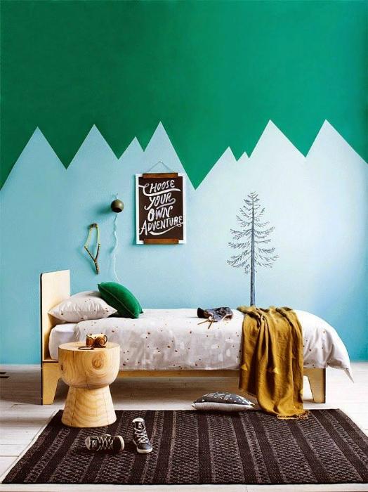 Спальня с голубо-зелеными стенами.