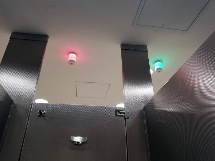 Лампы-индикаторы в туалете.