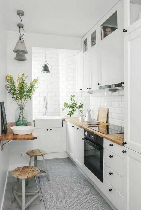 Светлая узкая кухня.