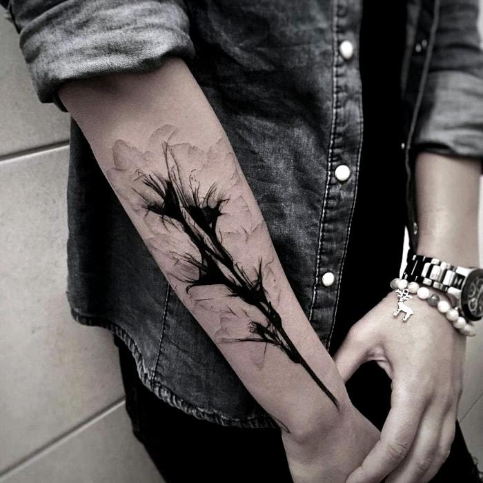 Тату на руке черные цветы