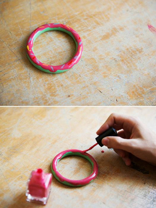 Самый простой пластмассовый браслет можно превратить в стильный аксессуар с помощью лаков для ногтей.