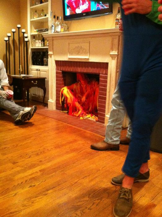 Огонь в камине.