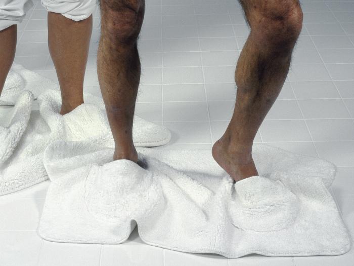 Коврик для ванны с отверстиями для ног.