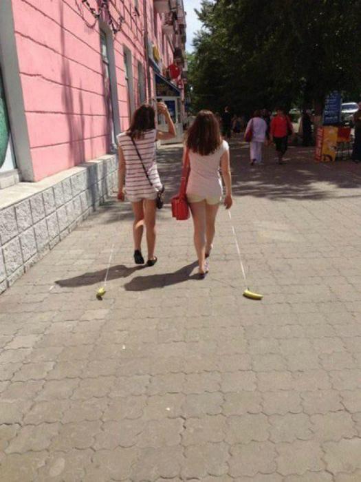 Девушки выгуливают бананы.