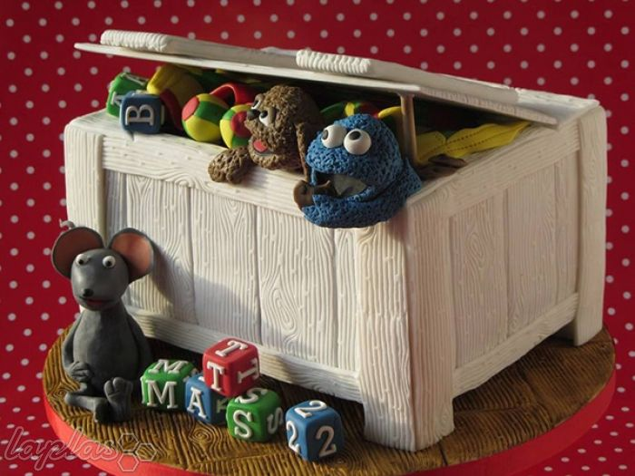Детский тортик в виде коробки с игрушками.