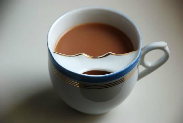 Чашка со специальной планкой внутри, которая защитит усы владельца.