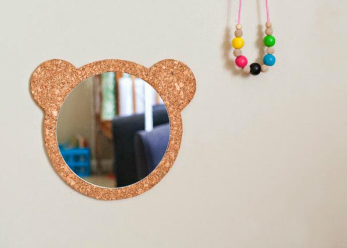 Простое зеркало «Медвежонок» из пробковой ткани.