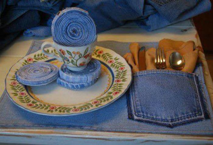 Джинсовая столовая салфетка с карманом для столовых приборов.
