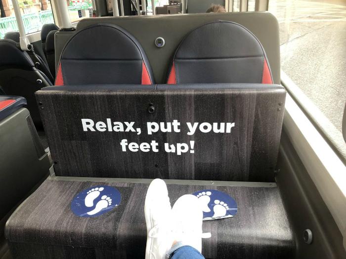 Полочка для ног в общественном транспорте. | Фото: Geniale Tricks.