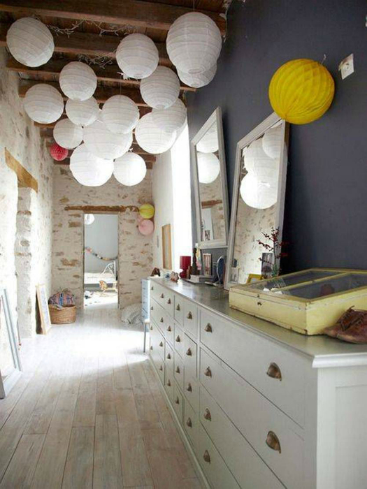 Коридор с кирпичными стенами и оригинальными светильниками.