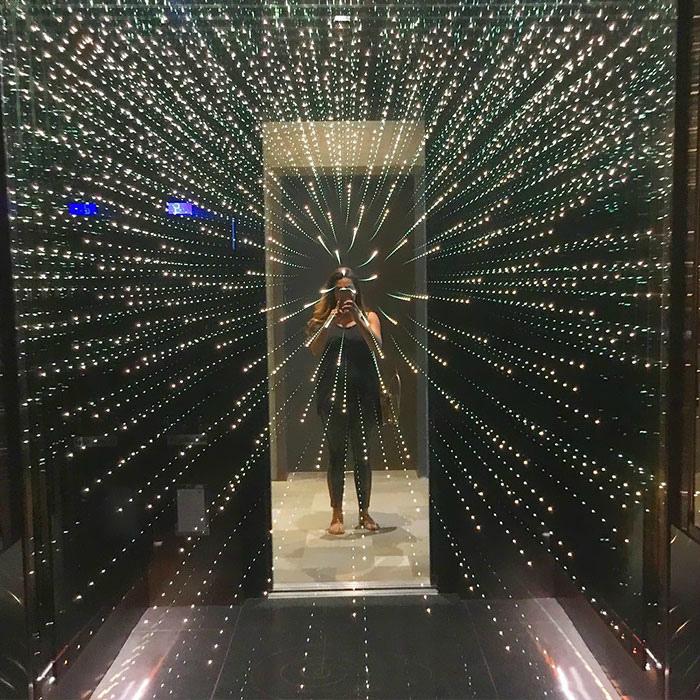 Миллионы звезд в кабине лифта.