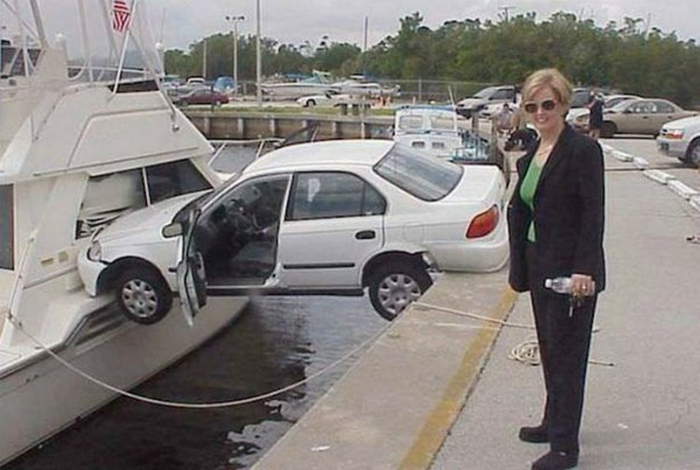 Эта довольная блондинка на переднем плане, наверное, водитель.