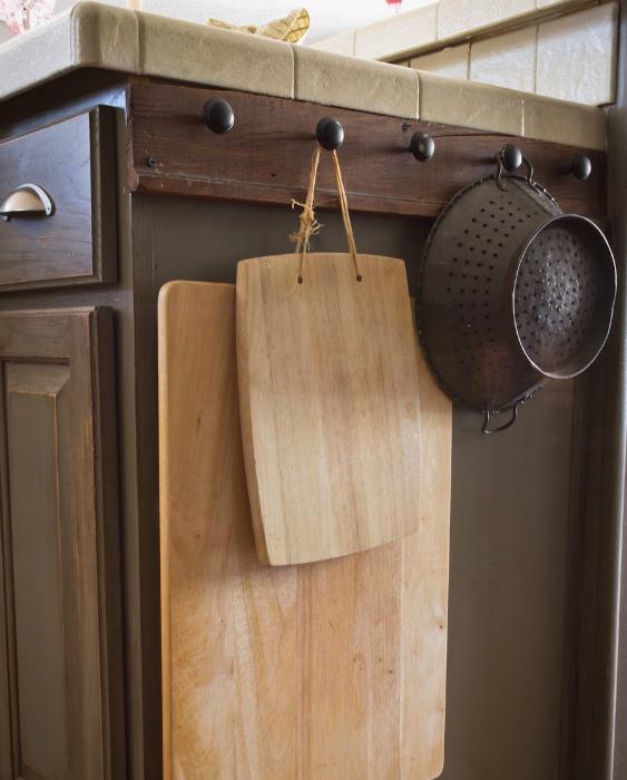 Вешалка на боковой части шкафчика.