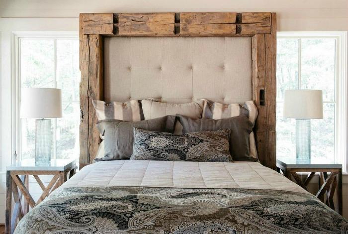 Спальня с эффектной кроватью в рустикальном стиле.