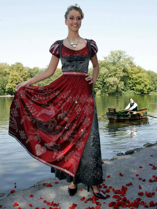 Платье с корсетом в средневековом стиле украшено 150 тысячами страз Сваровски.