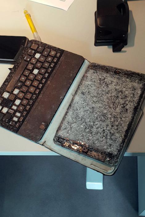 Новенький ноутбук вдребезги.