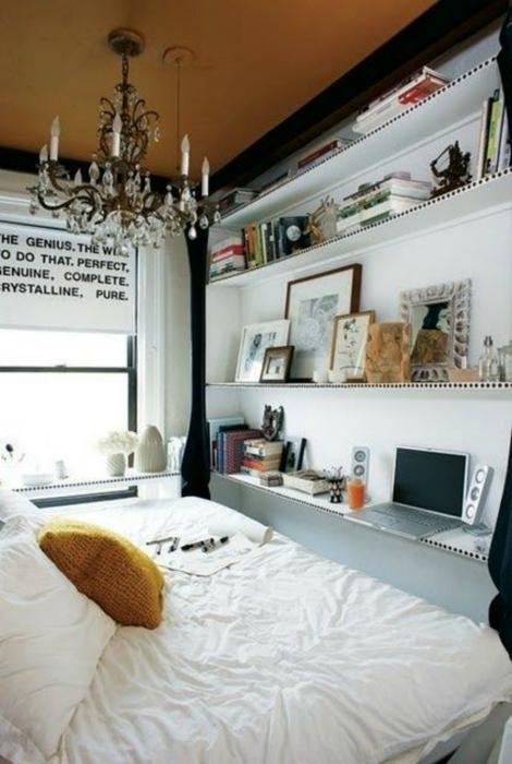 Маленькая спальня с огромной кроватью.