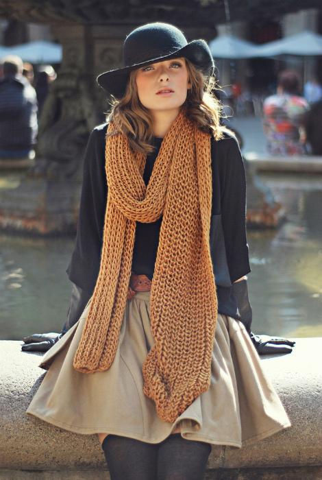 Длинный вязаный шарф.