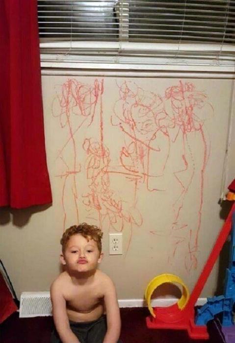 Произведение искусства на стене.