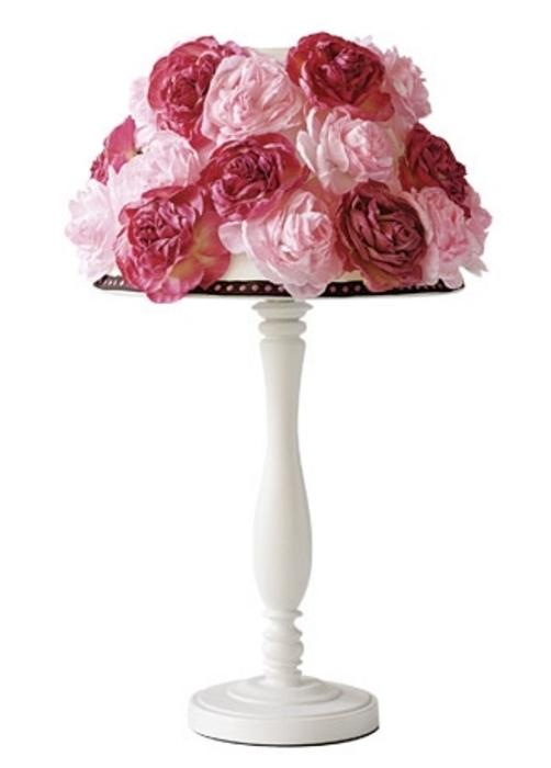 Плафон светильника, украшенный тканевыми розами.