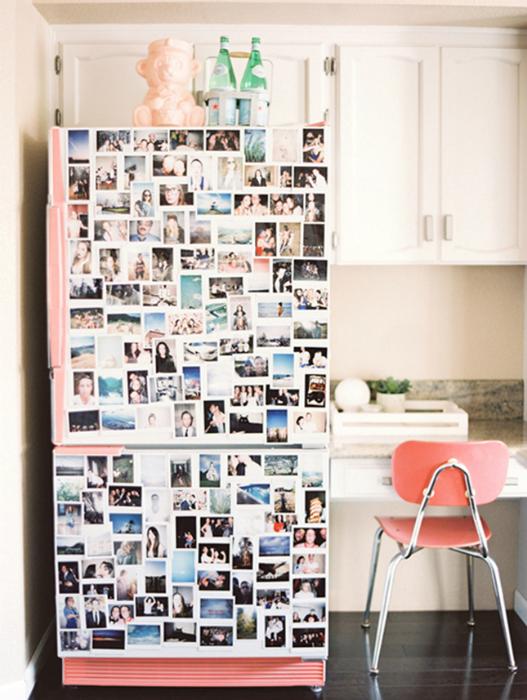 Семейные фотографии на холодильнике.