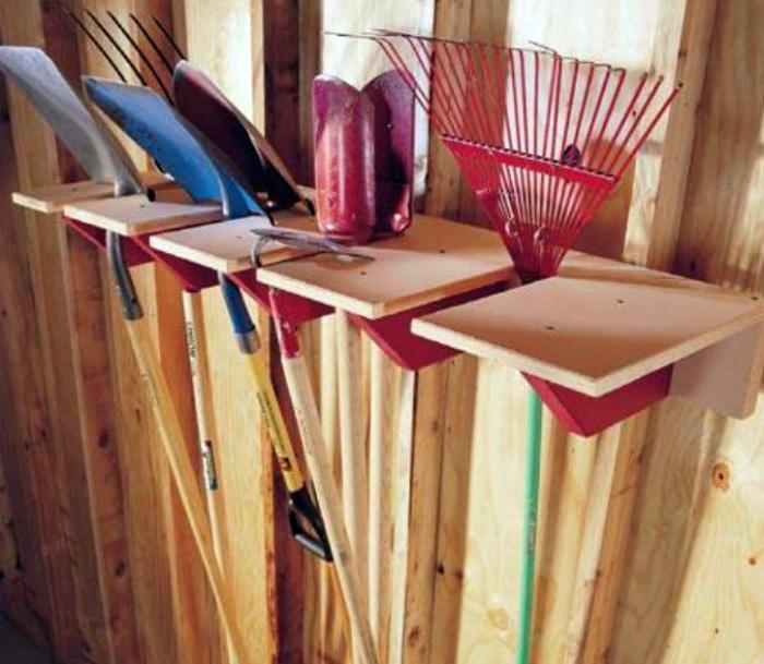 Деревянная стойка для садового инструмента.