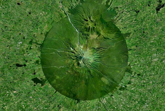 Активный стратовулкан на западном побережье Северного острова Новой Зеландии.