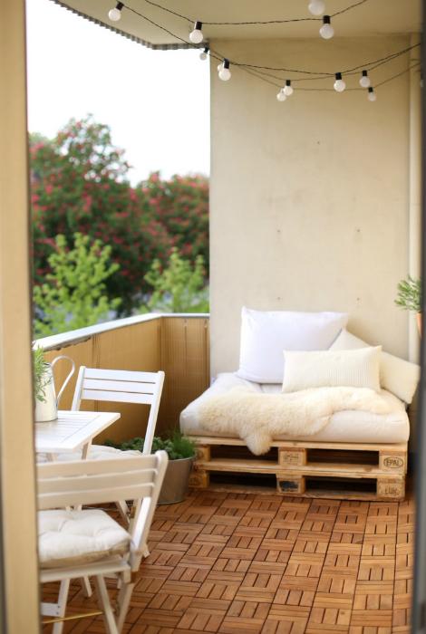 Балкон с диванчиком из паллет.