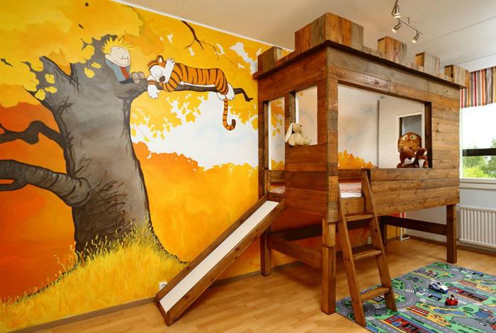 Тематическая детская спальня с яркой стеной.