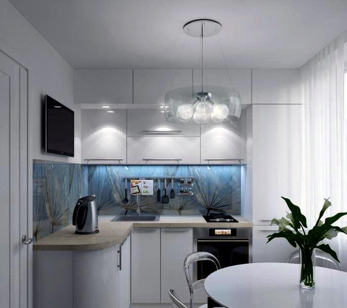 Белая кухня с оригинальным фартуком.