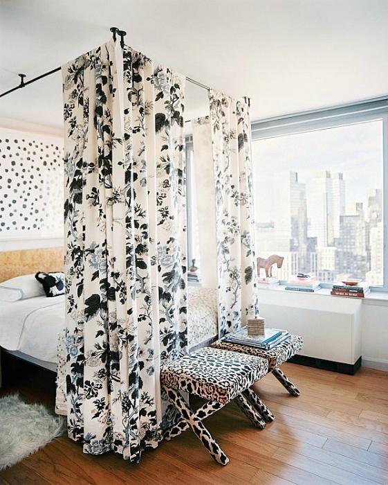 Легкие занавески над кроватью добавят спальне интимности и романтичности.