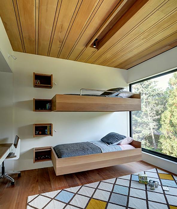 Современная спальня с двумя подвесными кроватями.