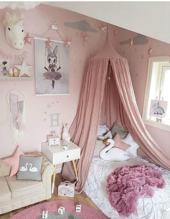 Спальня в приглушенных розовых тонах.