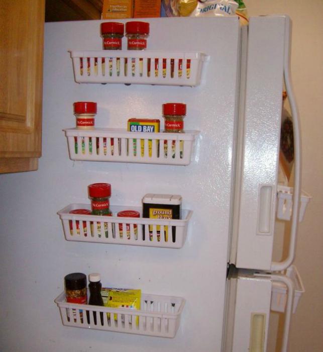 Пластиковые полочки можно прикрепить к наружным стенкам холодильника и хранит в них специи или другие продукты, которым не требуется холод.