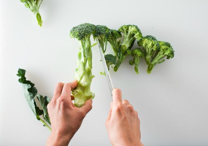 Листья и стебли брокколи можно добавлять в салаты.