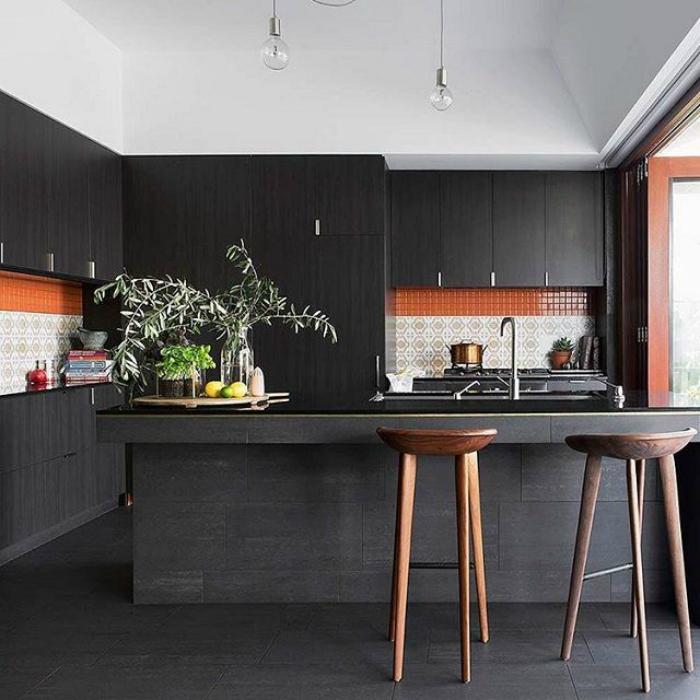 Дизайн кухни в черном цвете.