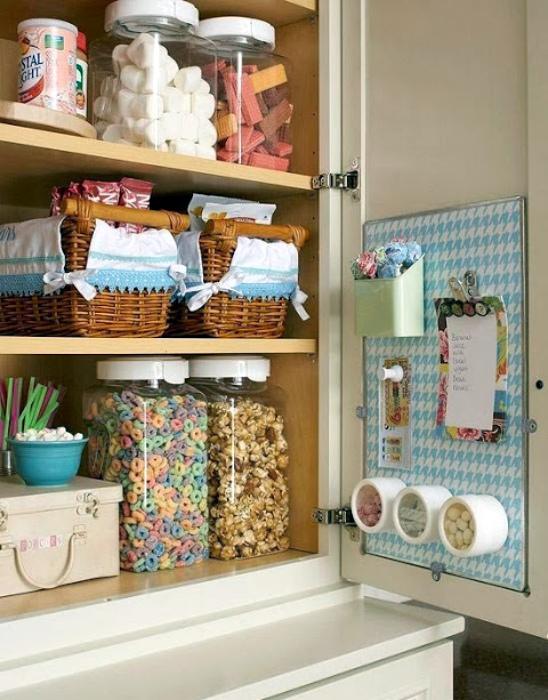 Хранение на внутренних частях дверец шкафчиков. | Фото: Pinterest.
