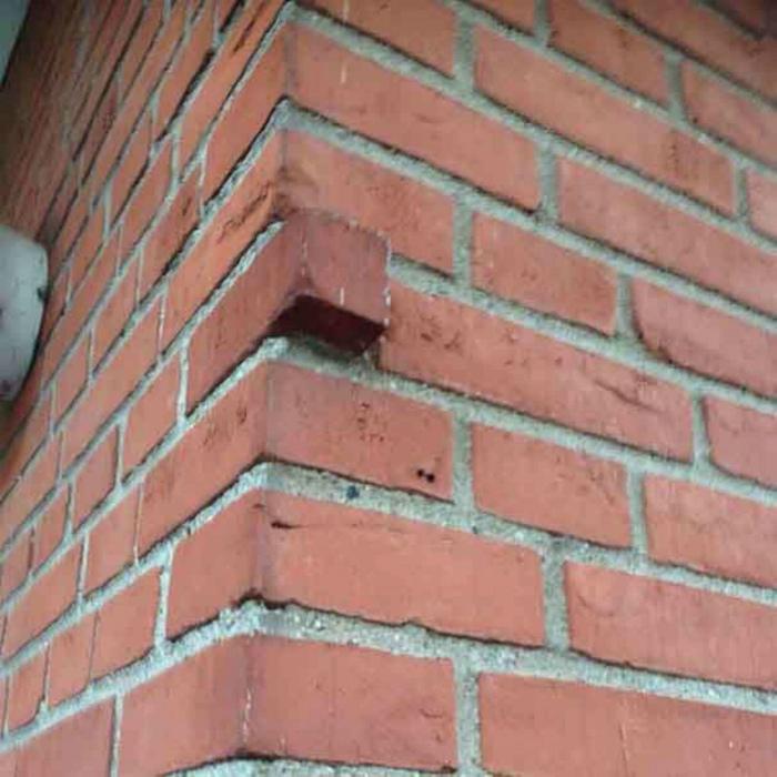Выступающий кирпич - изюминка здания. | Фото: Filing.pl.